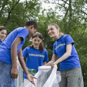 students volunteering